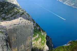 incredible_cliff_of_preikestolen_640_01