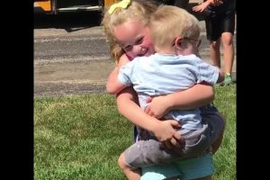 Siblings-Reunited-After-First-Day-of-School