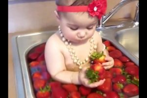 BABY-BATHS-WITH-STRAWBERRIES